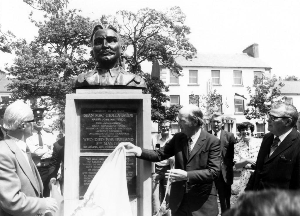 President Hillery unveiling the MacBride 1916 memorial. (l-r) Peter Grant Sculptor, Garda PJ Bourke, Brendan Bolster, President Hillery, Una Quinn & Owen Hughes